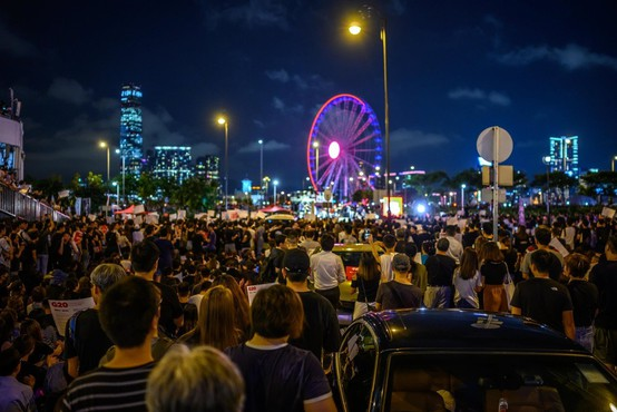 Hongkonška policija s solzivcem in gumijevkami nad protestnike