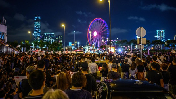Hongkonška policija s solzivcem in gumijevkami nad protestnike (foto: profimedia)