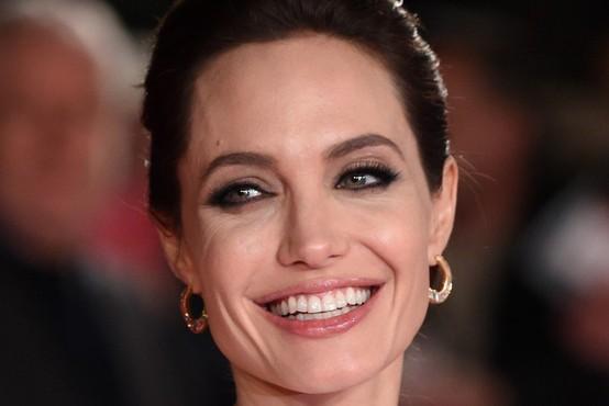 Angelina Jolie je osupnila v elegantni obleki in njenih najljubših sandalih