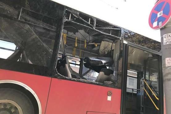 Več ranjenih v eksploziji na avtobusu v Beogradu