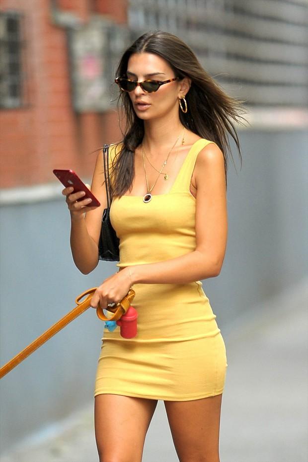 Poglejte, kako obleko in superge to poletje kombinira Emily Ratajkowski ... (foto: Profimedia)