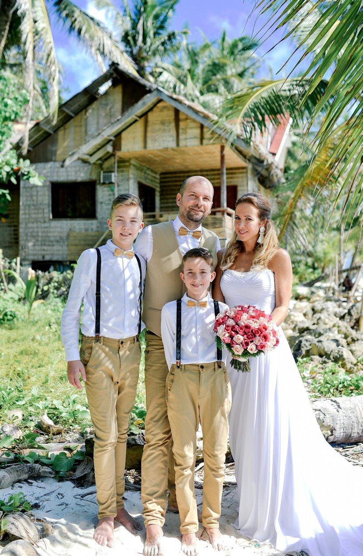 Nadvse imenitna je bila tudi poroka Natke Geržina (nekdanje Power Dancers), ki je večni DA svojemu Zvonetu dahnila na sončnem otoku Boracay. Tja pa se družinica ni odpravila sama, saj so dogodku prisostvovali tudi njuni prijatelji z družinami.