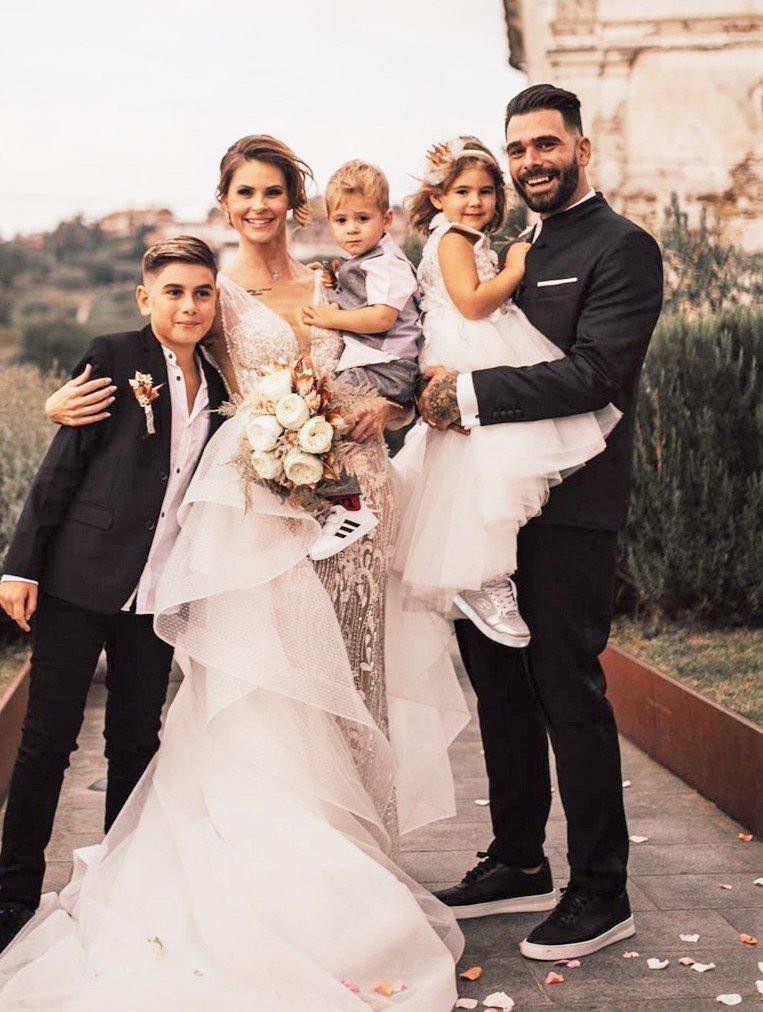 Cool družinica je v zakonski jarem skočila lani, in to v objemu prelepih briških gričev, na rajskem posestvu Gredič.