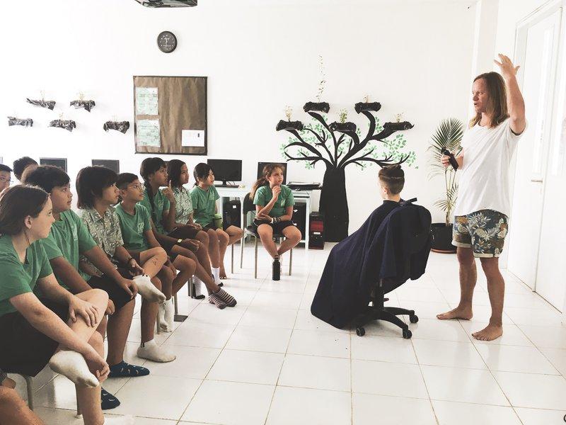 Tomaž Turk je poklic frizerja na šoli predstavil tako, da je učence postrigel kar v učilnici.