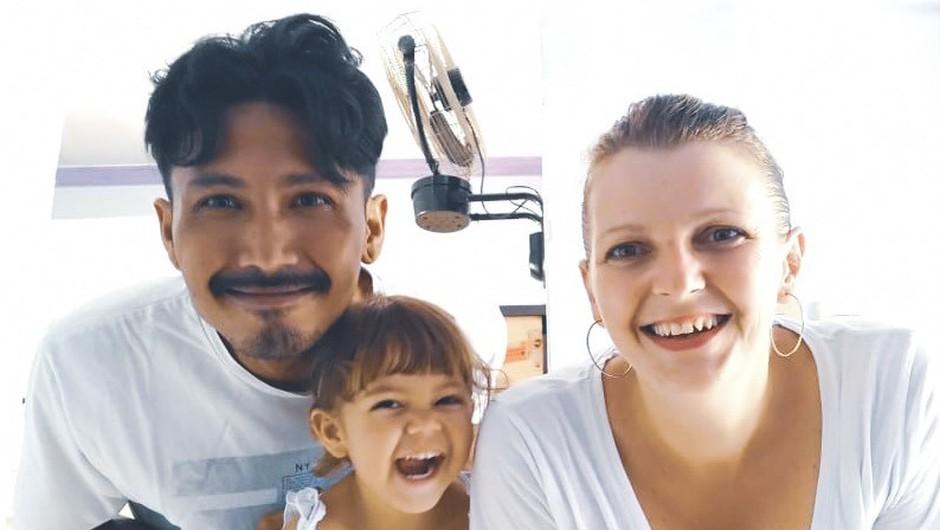 Danica na Lomboku živi s hčerko Amaio in možem Panco – Indonezijcem, s katerim vodita popotniško agencijo Runaway 42.