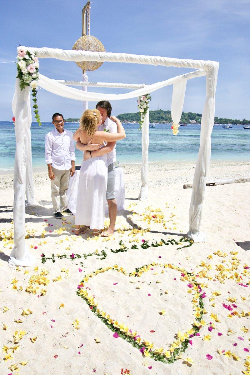 Danica v Indoneziji organizira tudi poroke - med njenimi gosti so bili tudi Slovenci.