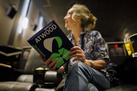 Literarno nagrado booker podelili Margaret Atwood in Bernadine Evaristo