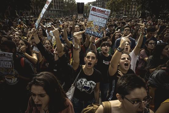 V Barceloni na prostestnike streljali policisti, na desetine ranjenih!