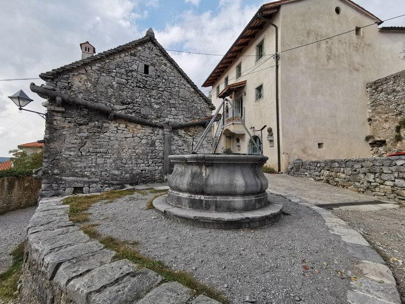 Kraška hiša v Štanjelu s kamnitim žlebom