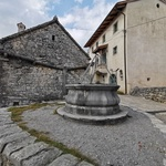 Kraška hiša v Štanjelu s kamnitim žlebom (foto: Maja Fister)
