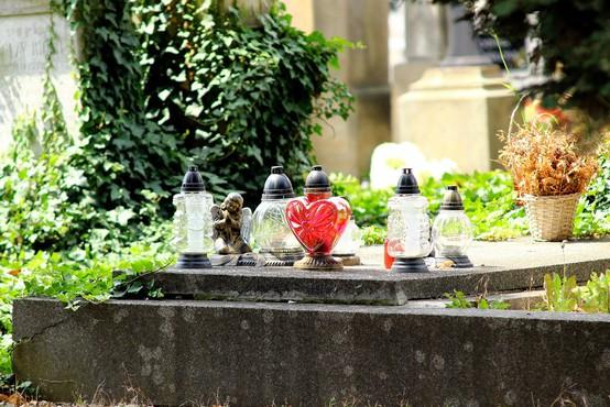 Na pokopališčih leži skoraj 700 ton odpadnih nagrobnih sveč iz minulih let!