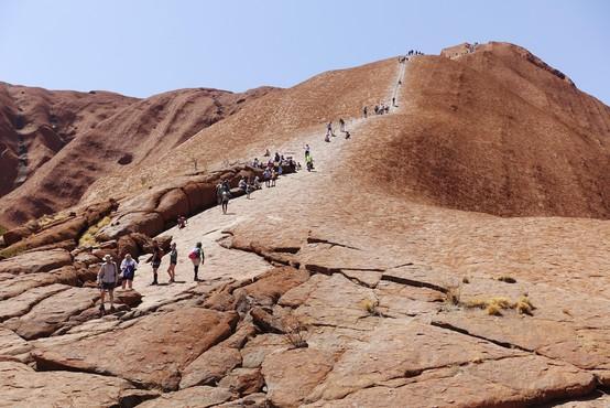 Konec vzponov na znameniti avstralski Uluru