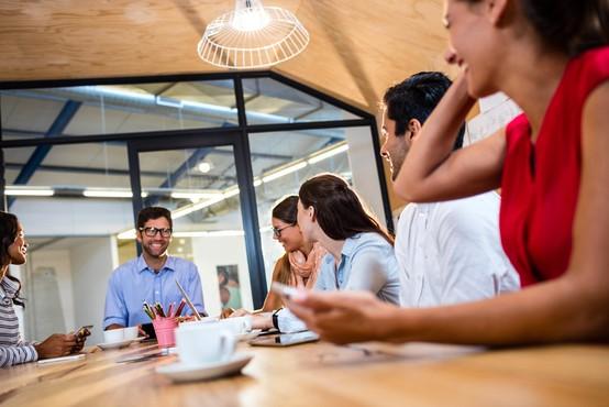 Umetnost klepetanja s sodelavci vam lahko priskrbi napredovanje