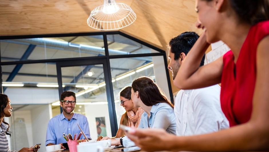 Umetnost klepetanja s sodelavci vam lahko priskrbi napredovanje (foto: Profimedia)