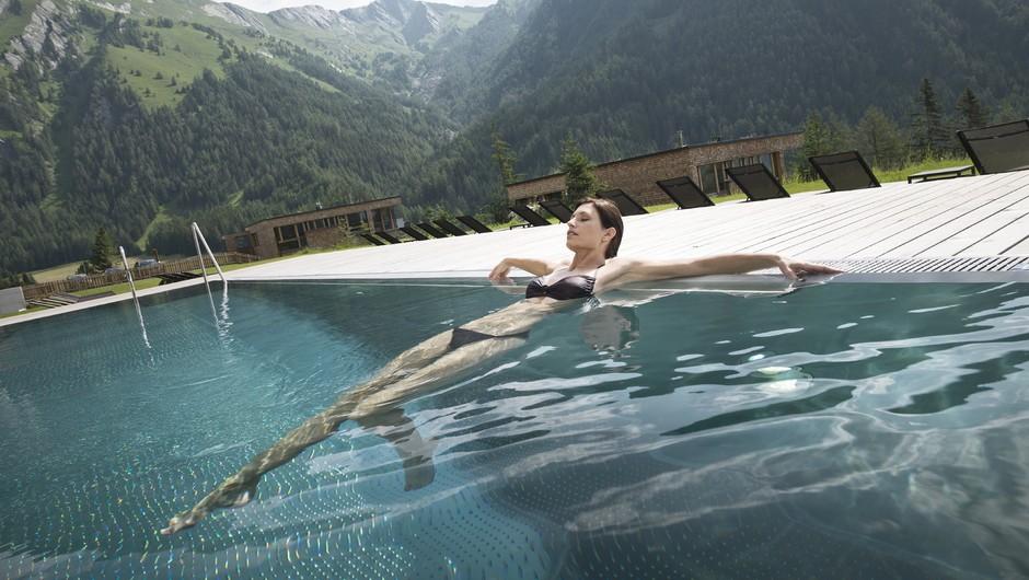 Sprošanje v hotelskem bazenu. (foto: Schtulz Gruppe)
