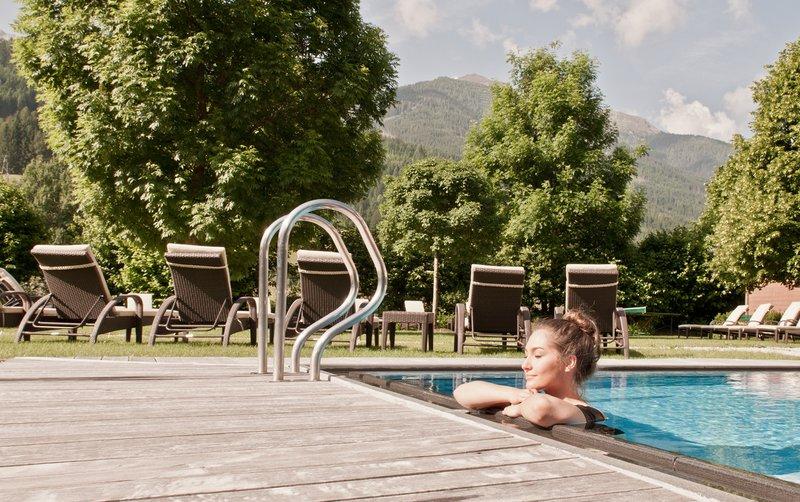 Zunanji ogrevani bazen povezuje z naravo v vseh letnih časih.