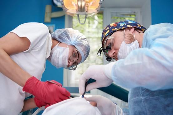 Nemški zobozdravnik izpulil najdaljši zob na svetu, poroča Jutarnji list!