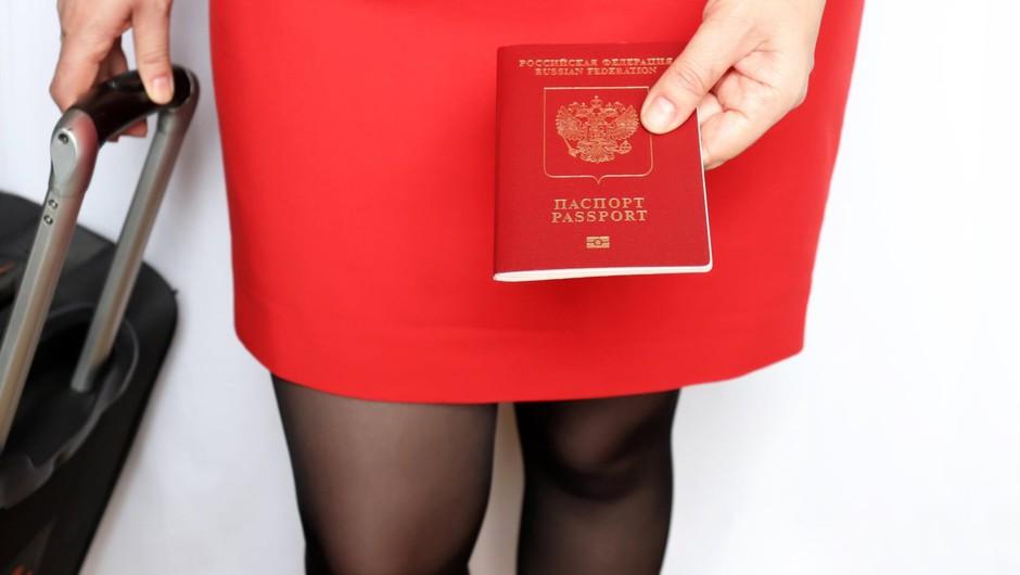 V Rusiji aretirali žensko z dvema kilogramoma zlata v čevljih (foto: profimedia)