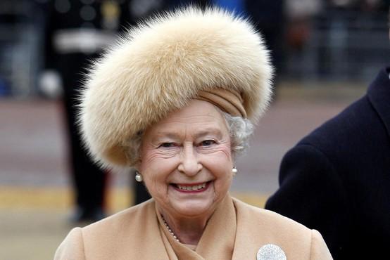 Britanska kraljica se je odpovedala krznu, garda pa bo zadržala kučme