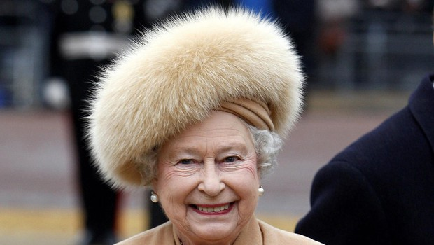 Britanska kraljica se je odpovedala krznu, garda pa bo zadržala kučme (foto: profimedia)