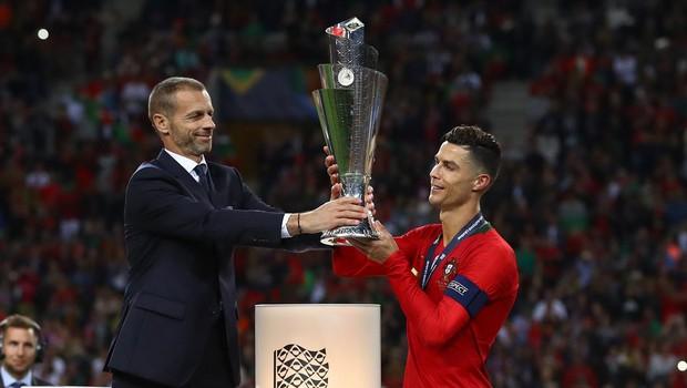 Aleksander Čeferin, predsednik UEFA, izroča pokal Like prvakov Cristianu Ronaldu (foto: Profimedia/Kieran Mcmanus/Bpi)
