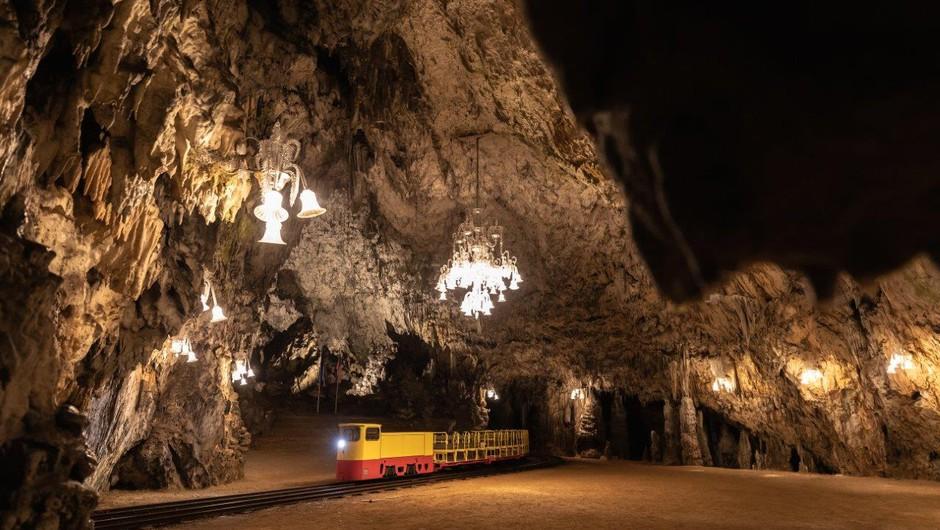 Prvič v zgodovini Postojnske jame zamenjali celoten vozni park! (foto: Postojnska jama, d.d., arhiv)