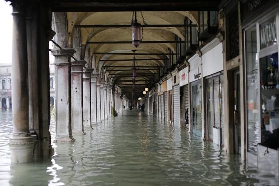 Benetke v mrzličnih pripravah na novo visoko plimovanje