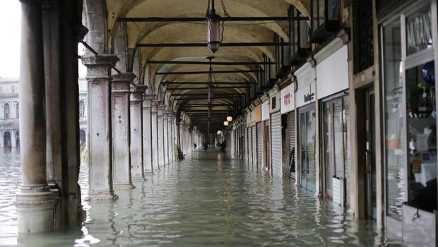 Benetke v mrzličnih pripravah na novo visoko plimovanje (foto: profimedia)