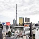 Tokyo Skytree in Asahi Beer Hall, stolpnica, ki spominja na kozarec piva (foto: Maja Fister)