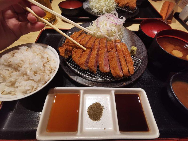 Gyukatsu, znotraj rožnat, zunaj pa hitro ocvrt goveji zrezek, po možnosti iz prestižne japonske govedine Wagyu.