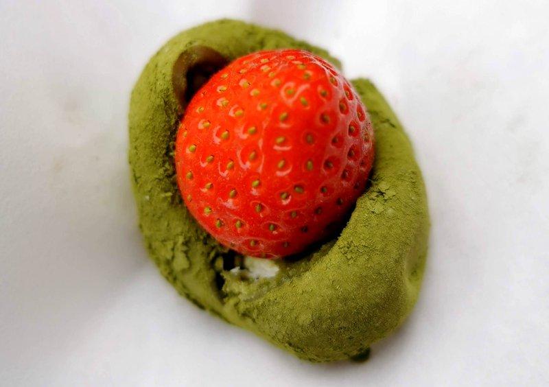 Mochi cmoček z matcha čajem in jagodo