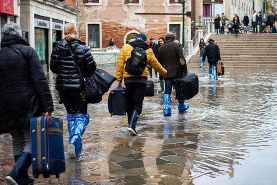 Markov trg v Benetkah kljub poplavam poln turistov