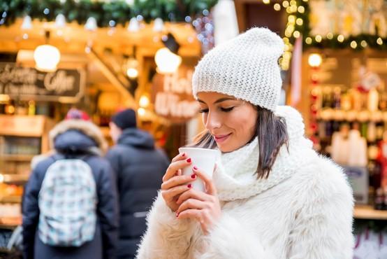 Na božičnih sejmih po evropskih prestolnicah bo kmalu zadišalo po kuhanem vinu