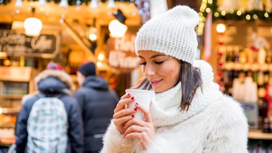 Na božičnih sejmih po evropskih prestolnicah bo kmalu zadišalo po kuhanem vinu (foto: profimedia)