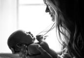 Iz uradnih listin svetovalk za dojenje črtali besedo mama