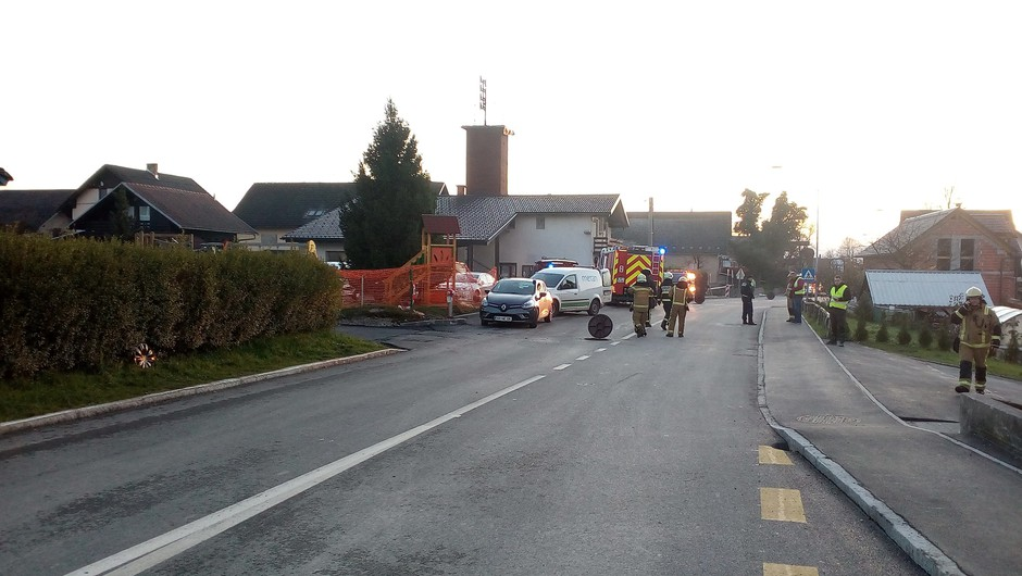V eksploziji v Britofu pri Kranju 6 poškodovanih (tudi otroci) in 76 evakuiranih (foto: Gasilsko reševalna služba Kranj)