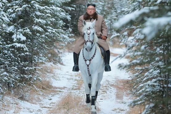 Kim Jong-un z novimi fotografijami na konju, ki napovedujejo pomembno politično sporočilo