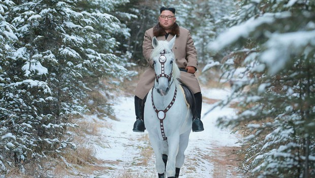 Kim Jong-un z novimi fotografijami na konju, ki napovedujejo pomembno politično sporočilo (foto: profimedia)