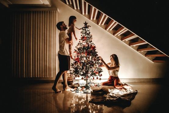Decembrski prazniki: prisiljena sreča in prisila povezanosti