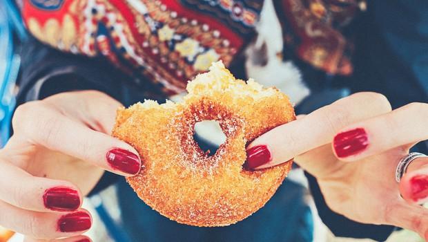 Miza, polna dobrot: kako preživeti praznične dni? Po zdravi pameti! (foto: Unsplash)