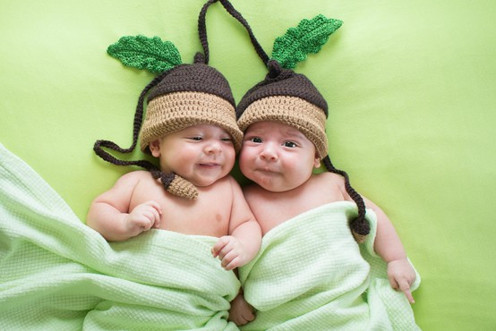 Očetje dvojčkov ob rojstvu odslej z več očetovskega dopusta