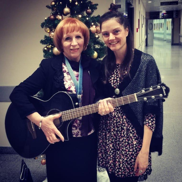 Z Jolando Ravnikar, ki že vrsto let na božični večer razveseljuje bolnike na Onkološkem inštitutu.