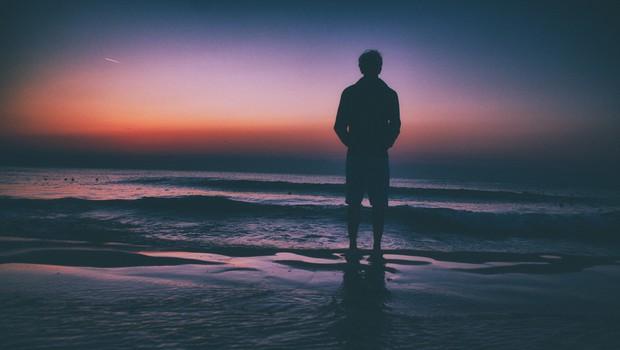 Če ne veste, kaj bi rekli žalujočemu prijatelju, lahko mirno ostanete tiho (piše: Darjo Hrib) (foto: Unsplash)