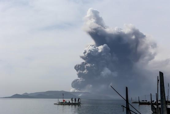 Filipinski ognjenik Taal začel bruhati lavo