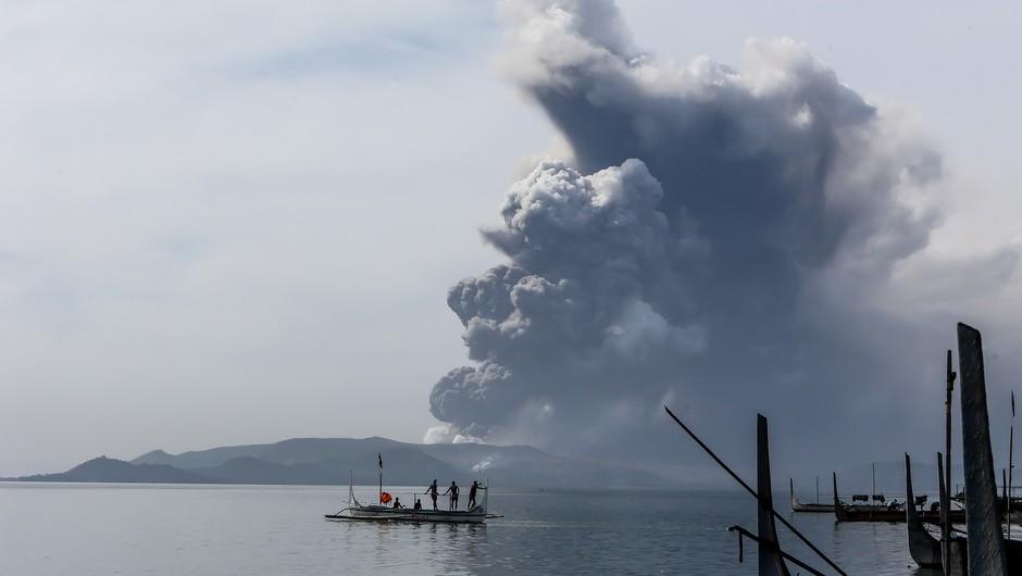 Filipinski ognjenik Taal začel bruhati lavo (foto: profimedia)