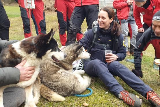Psička Šaki ostala ob poškodovanem Roku vse do prihoda reševalcev