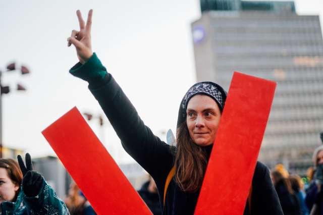 Protestniki zahtevajo ohranitev šole za oblikovanje v Križankah (foto: Nik Jevšnik/STA)