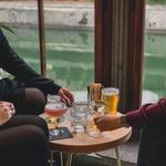 Na vrhunsko kavo ali koktejl v bar Ribarnica: prijetno vzdušje s Plečnikom v prvem planu (foto: Promocijsko gradivo)