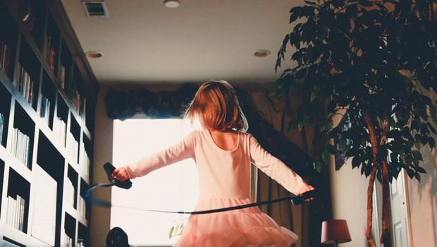 So popoldanske dejavnosti za otroke koristne ali le izgovor staršev, ki se jim z otroki ne da ukvarjati? (foto: Unsplash.com)