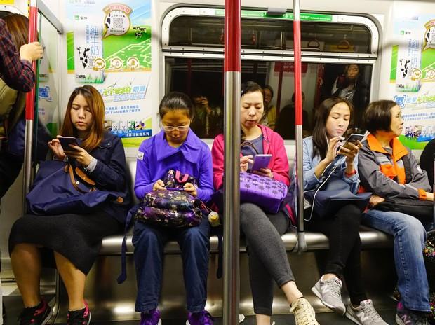 """""""Preveč dela imajo z buljenjem v telefone, da bi me kdo dvakrat pogledal!"""" (foto: profimedia)"""